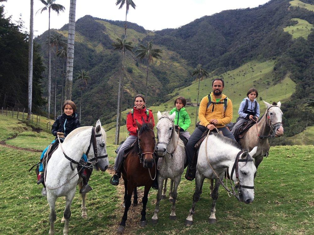 El Vuelo de Apis, un gran viaje en familia por Sudamérica. Familia a caballo en el Valle de Cocora en Colombia