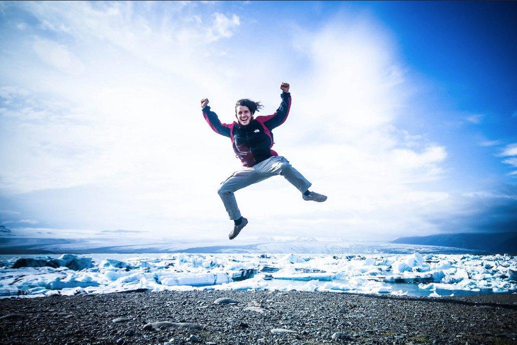 Sergio Gago, nómada digital, saltando en Islandia