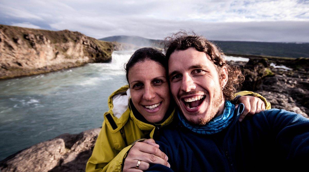 Sergio Gago, nómada digital, con su pareja en Islandia