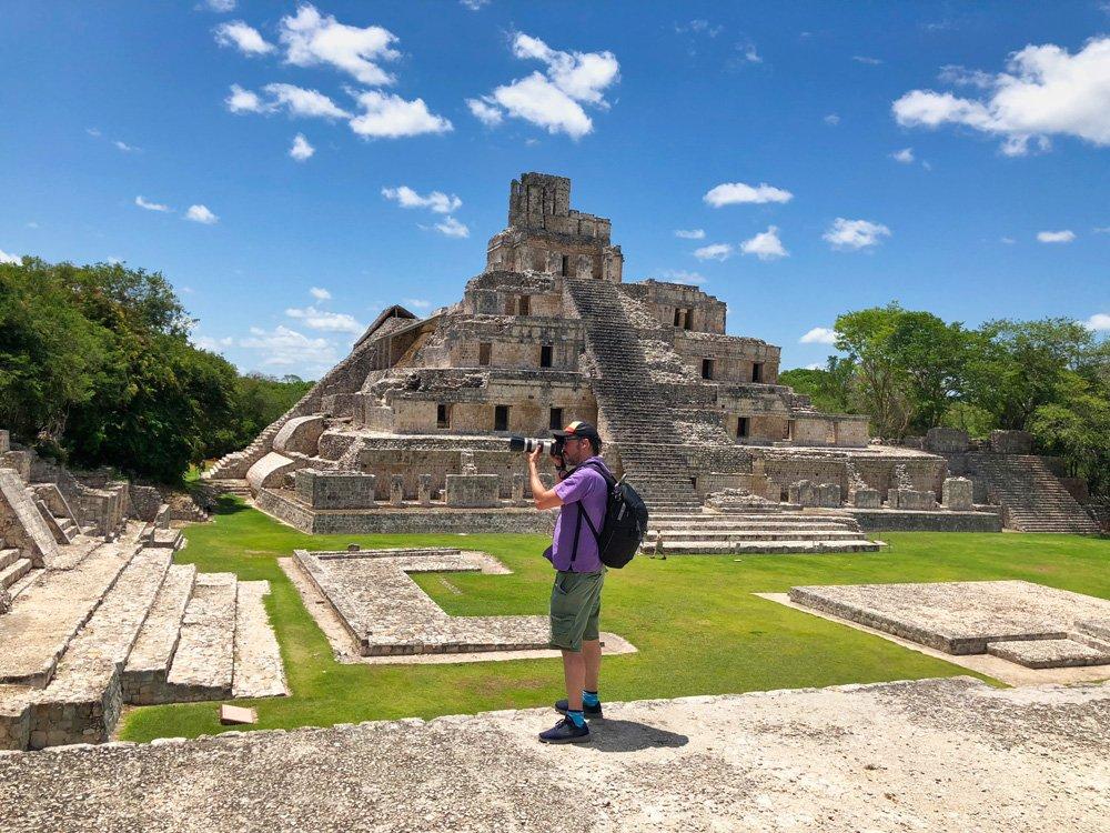 Iosu López de Mochileros TV en las Ruinas mayas de Edzná