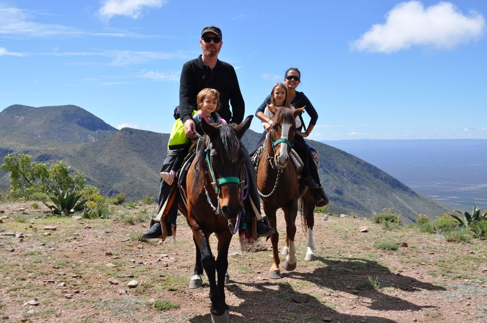 Bram, Cristina, Gabi y Julia a caballo en su viaje en autocaravana en familia