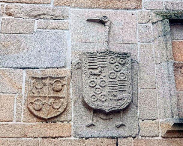 Escudo blasón de la casa pirata de Benito Soto en Pontevedra