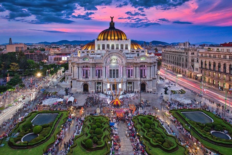 Palacio de Bellas Artes de Ciudad de México por la noche iluminado