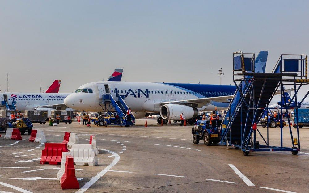 Aviones de las aerolíneas LAN y LATAM en el aeropuerto Internacional Jorge Chávez de Lima