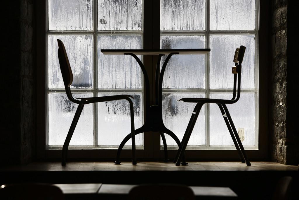 mesa y sillas del café F-hoone de Tallin