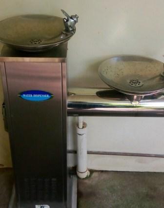 45-water-dispenser-penghilang-dahaga-dikala-haus-dan-bisa-juga-untuk-refill-botol-biasanya-di-public-area-dekat-toilet