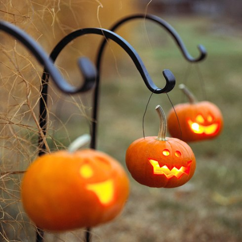 outdoor halloween decorating ideas with pumkin 2