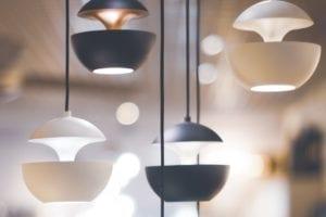 Photo montrant un composé de lampes suspendues