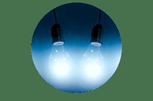 Photo montrant deux ampoules bleues représentant la lumière froide en décoration d'intérieur