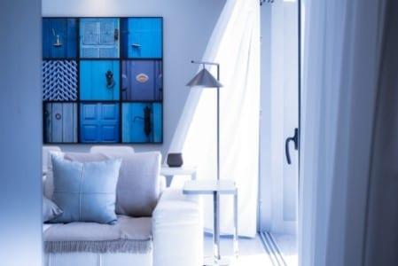 Photo montrant un salon moderne blanc et bleu