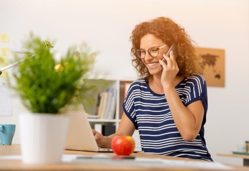 Photo montrant une femme au téléphone représentant une décoratrice d'intérieur en rdv télephonique