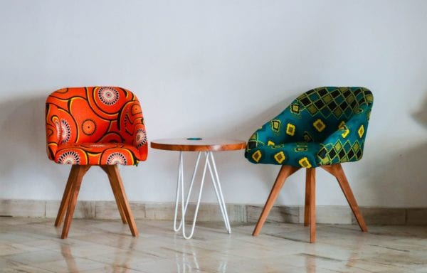 Photo représentant le style ethnique avec deux fauteuil colorés
