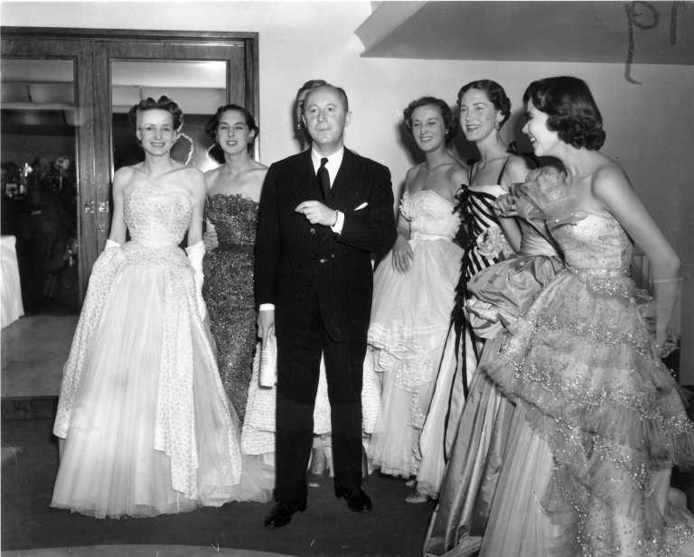 Christian Dior 25 aprile 1950: lo stilista del New Look con sei modelle 'A-line' dopo la sfilata al Savoy Hotel, Londra