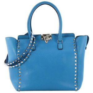 Un modello di borsa azzurra dalla Collezione Rockstud di Valentino creata da Maria Grazia Chiuri