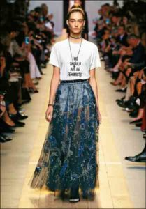 "Una modella sfila indossando la t-shirt ""We should all be feminist"" di Maria Grazia Chiuri"