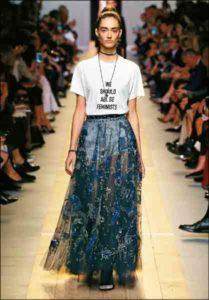"""Una modella sfila indossando la t-shirt """"We should all be feminist"""" di Maria Grazia Chiuri"""