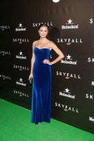 Mónica de Tomás con un elegante vestido de terciopelo azul Klein | Fotografía vía Heineken
