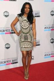 Kelly Rowland con un minivestido brocado