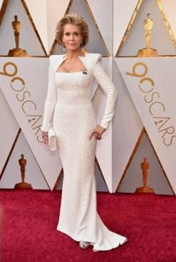 Jane Fonda - Elbise: Balmain, Ayakkabı: Salvatore Ferragamo, Takılar: Chopard, Çanta: Perrin
