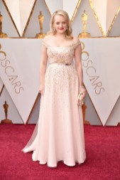 Elisabeth Moss - Elbise: Christian Dior, Ayakkabı: Brian Atwood, Çanta: Roger Vivier