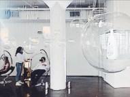Realidad virtual: sobrevolar new york suspendida en un capullo.