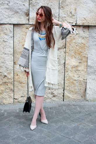 moda-style-telling-That-Brand-You-Should-Be-Making-a-Statement-With-featured-image-midi-dress-curvy-cardigan-fringe-pattern