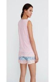 Pijama corto de modal con estampado cashmere y encaje floral, visto por la espalda.