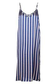 Vestido a rayas de satén en tonos azul, beis y nude, con aberturas laterales.