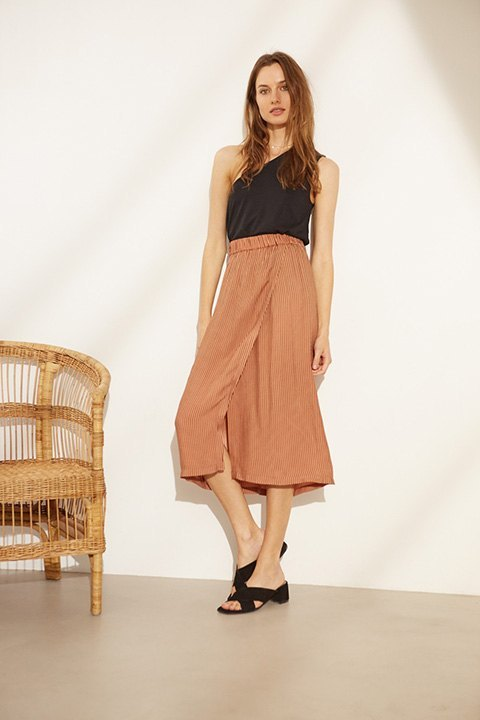 Falda pareo midi, con goma en la cintura y estampado version 2.0 de lunares.
