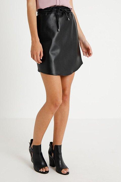 Falda de cuero sintético en color negro.