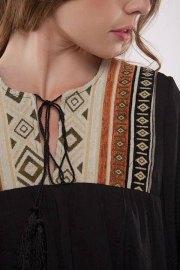 Detalle de la pasamanería de la blusa.