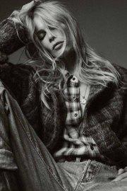Claudia Schiffer con sobrecamisa de cuadros y vaqueros.
