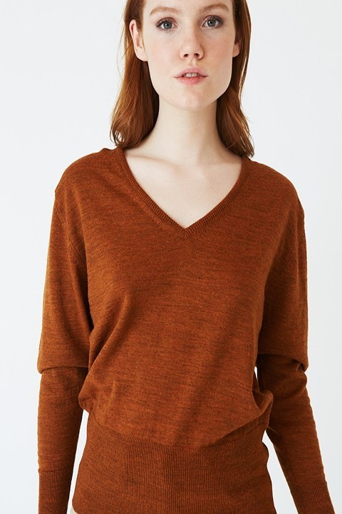 Jersey en pico color teja de la marca ROPA CHICA, canalé ancho que se ajusta en manga y cintura.