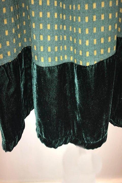 Detalle del bajo del vestido en velvet