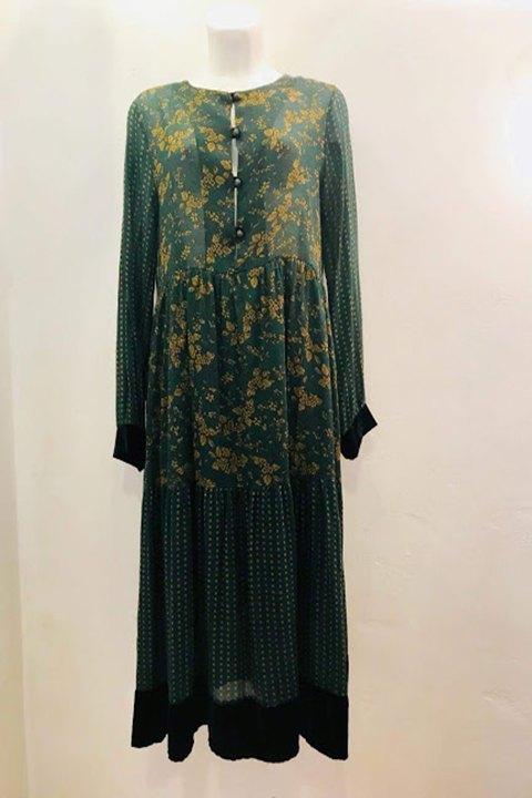 Vestido estampado con fondo verde.