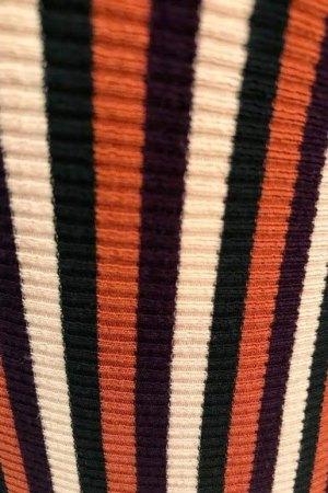 Detalle donde se aprecia el tejido y colores de las rayas verticales del vestido midi.