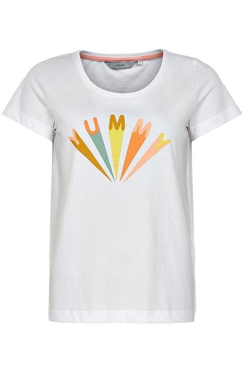 Camiseta blanca de cuello redondo con mensaje en letras de colores.