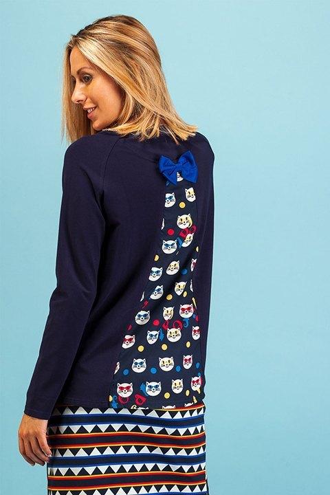 Camiseta Lech de Rosalita , vista por la espalda. Tela de gatitos y bonito lazo azul.