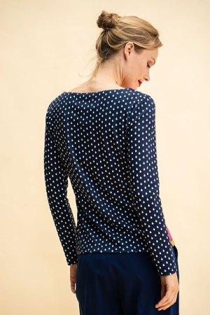 Camiseta Rosalita Mc Gee. Camiseta vista por la espalda, dibujo de gotas de lluvia al igual que las mangas.