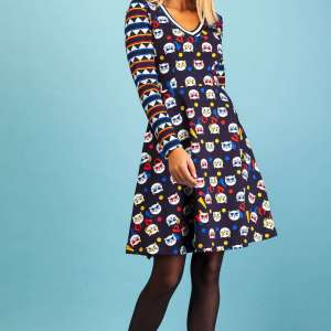 Vestido Rosalita Mc Gee. Dress azul marino con estampado de gatos en el cuerpo y en mangas estampado geométrico en los mismos tonos.