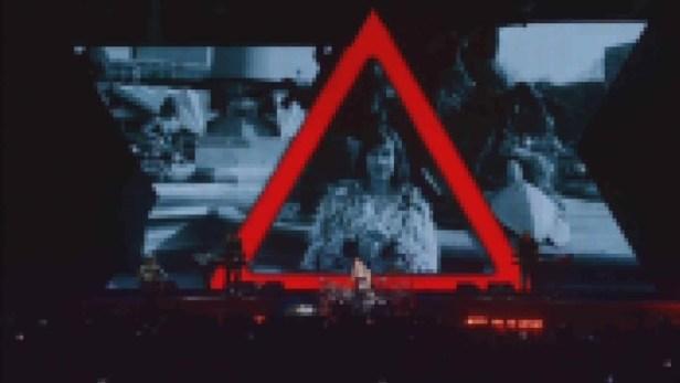 Screen z video koncertowego.