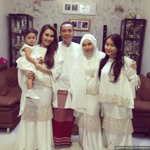 Model Baju Pesta Keluarga Warna Putih Terbaru