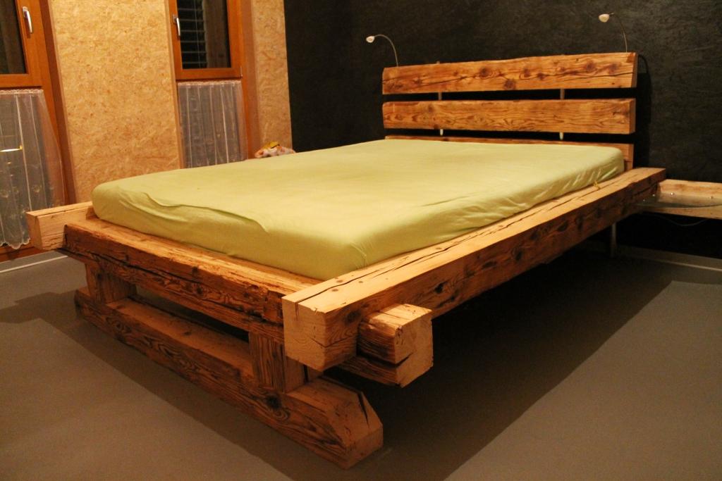 lit en vieux madrier de sapin model bois