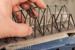 Die Unterseite der Brücke wird auf dem Bandschleifer plan geschliffen.