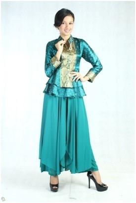 Baju Batik dengan Rok Satin untuk Wanita Muslim Modern