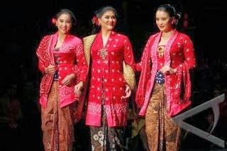 Model Kebaya Kartini dengan Rambut Sanggul