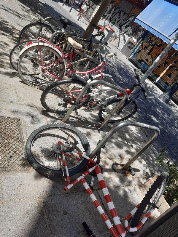 Bicicletas abandonadas y vandalizadas en un aparcabicis de Madrid.