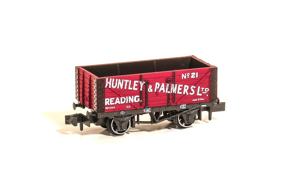 Peco NR-P425 7-plank Mineral Wagon – Huntley & Palmers Ltd No.21 (N gauge)