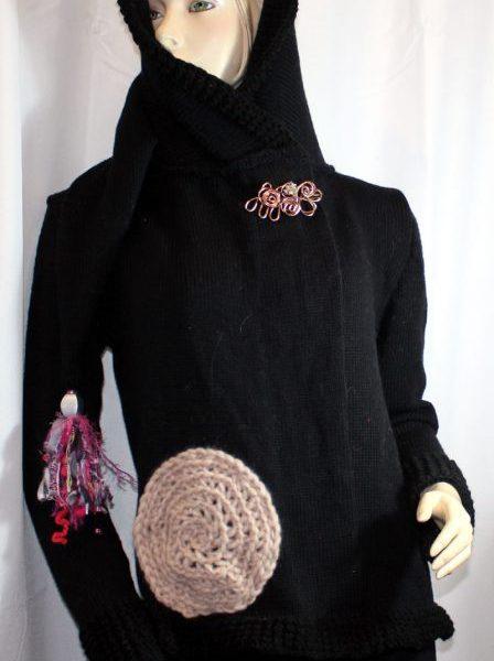 Veste féérique noire et rose pâle: vue de devant avec capuche relevée