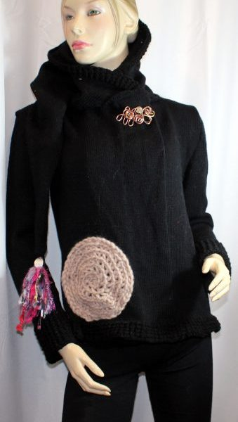 Veste féérique noire et rose pâle: vue de devant avec capuche baissée